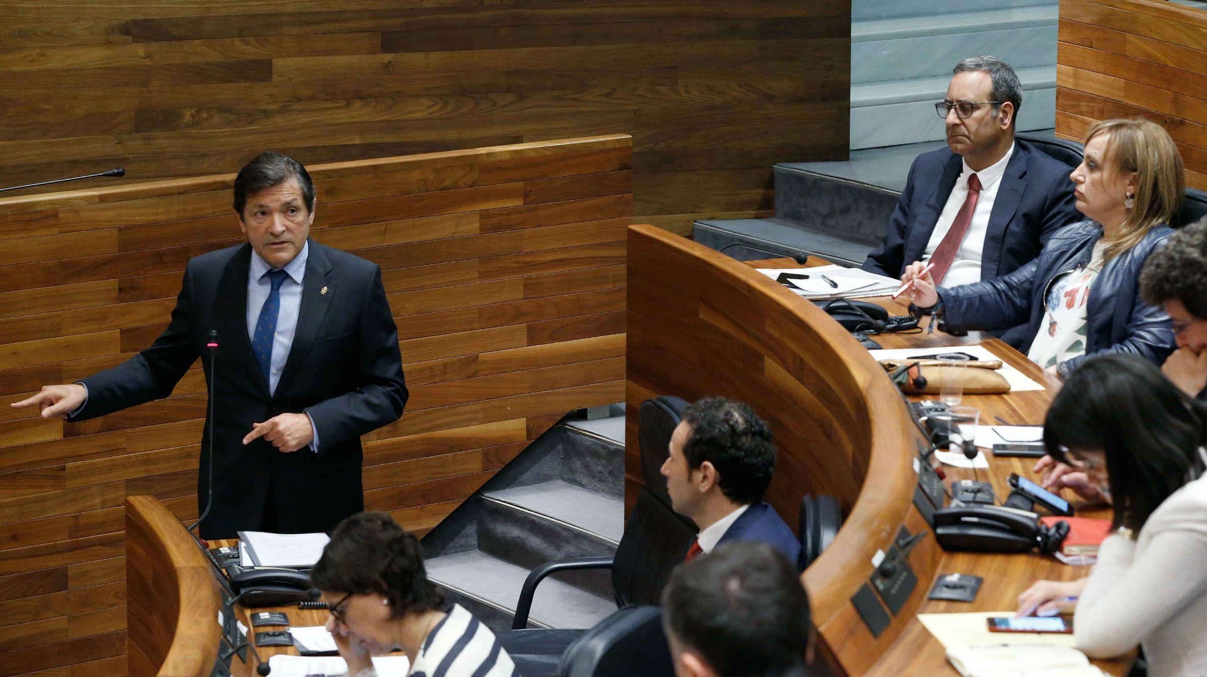 Rajoy promete «tranquilidad» y «firmeza» ante la «estafa» del referendo.Una votación en la sede de Izquierda Unida de Oviedo