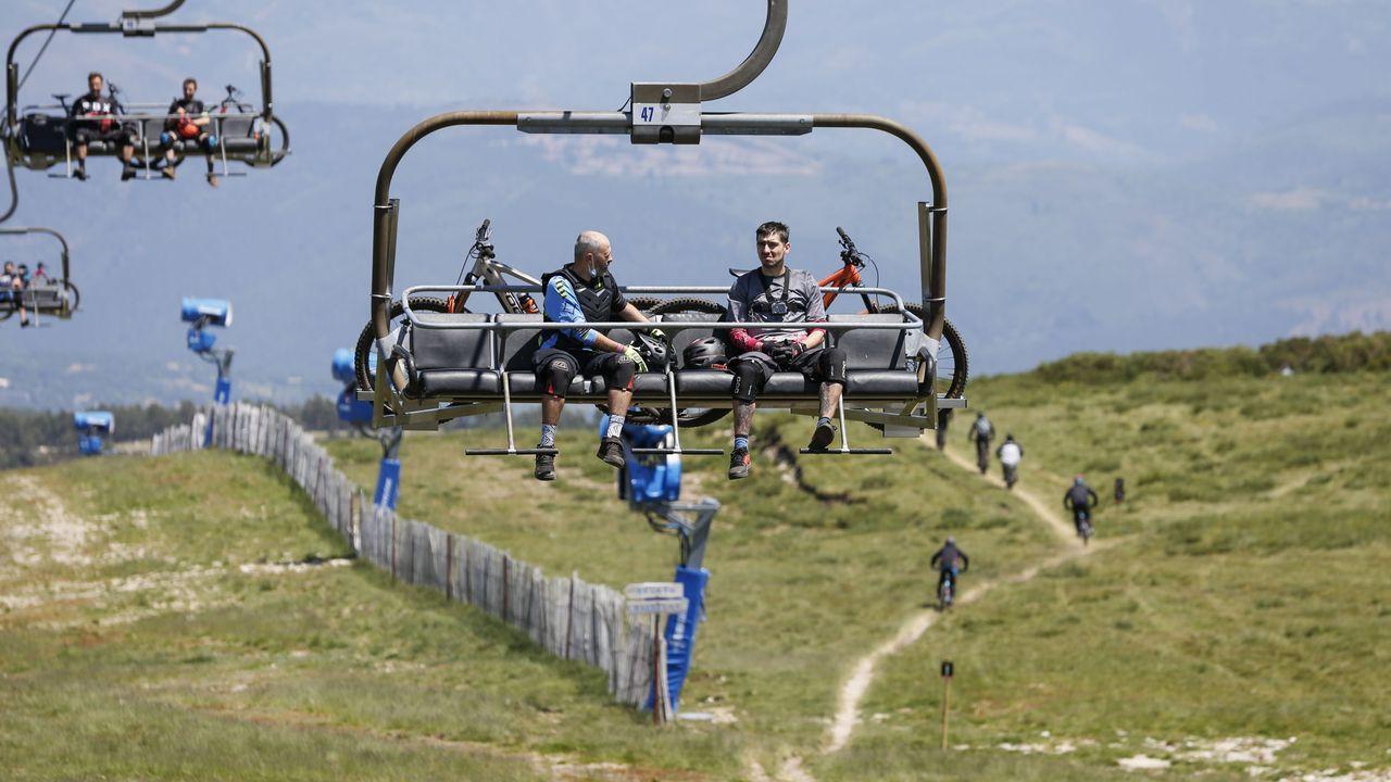 Deportistas con sus bicicletas, subidos a los telesillas de la estación de Manzaneda.