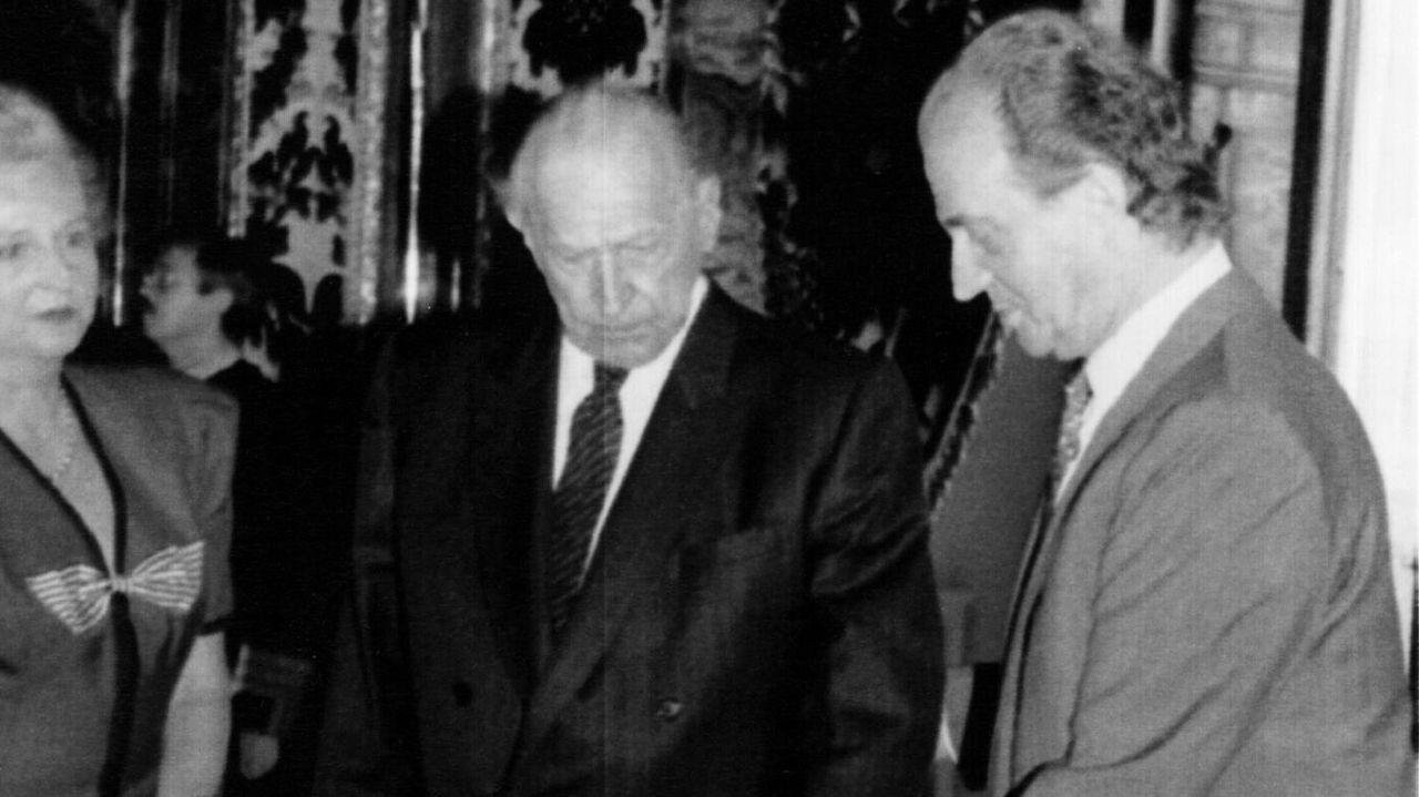 Ambiente en la moción de censura de Castrelo de Miño.Juan Carlos de Borbón, junto a su padre Juan y su hermana Mercedes, en una imagen de 1992