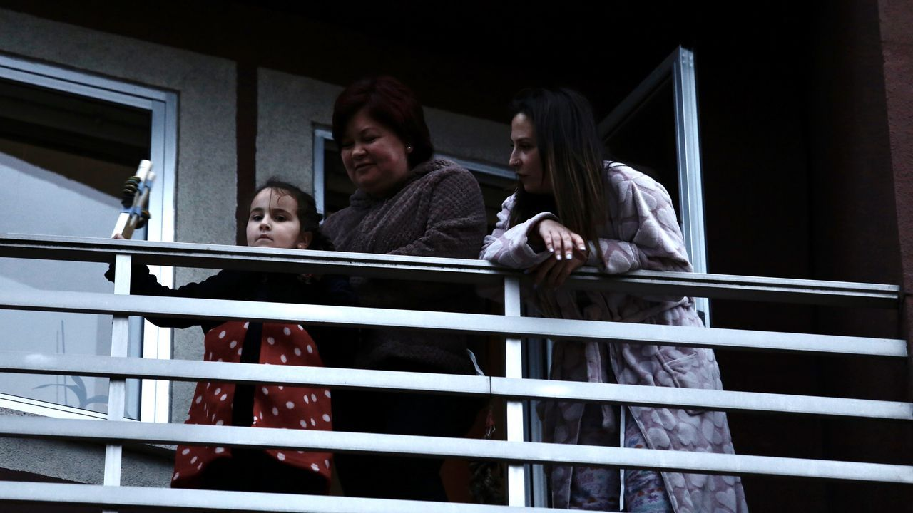 Vecinos de Barbanza aprovechando para tomar el aire en un balcón