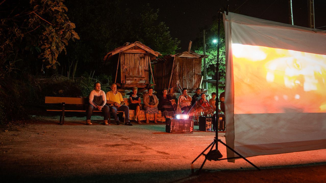 Durante los meses de vacaciones, la plaza de la aldea de A Reguenga acoge ciclos de cine improvisados