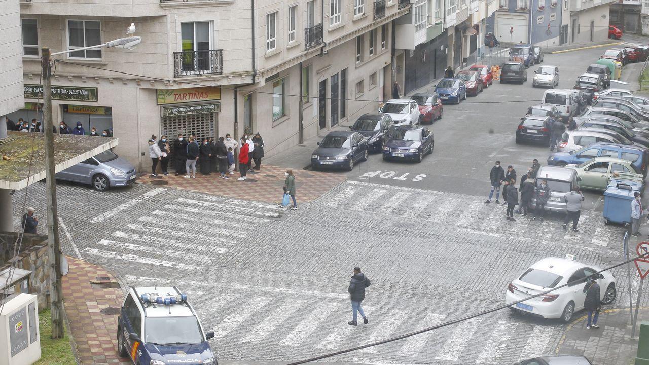 El Seprona incauta dos colmillos de elefante y un copón de marfil en Cambre.Familiares de los detenidos en la macrorredada antidrogas, aguardando noticias delante de los juzgados de Ferrol