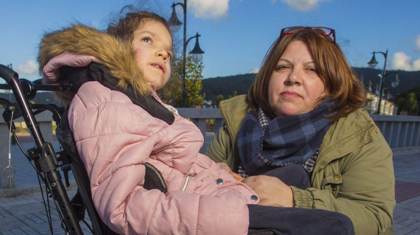 Día do Peñón en Laxe, con su Concurso de Tortilla Doce: ¡imágenes!.Manola y José Luis con el pequeño Adrán en el hospital Teresa Herrera de A Coruña