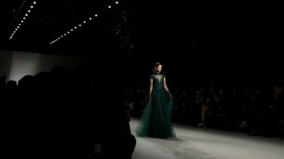 Semana de la Moda de Nueva York.Una modelo presenta diseños de la marca BCBG Max Azria.
