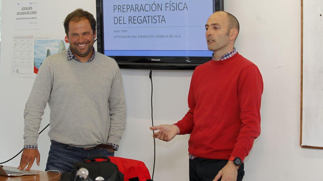 Tarde de vela en Arousa.En la imagen, Antonio García-Lastra, director de la obra y coautor del proyecto de rehabiltación junto a Victoria Alonso y Pedro Garat