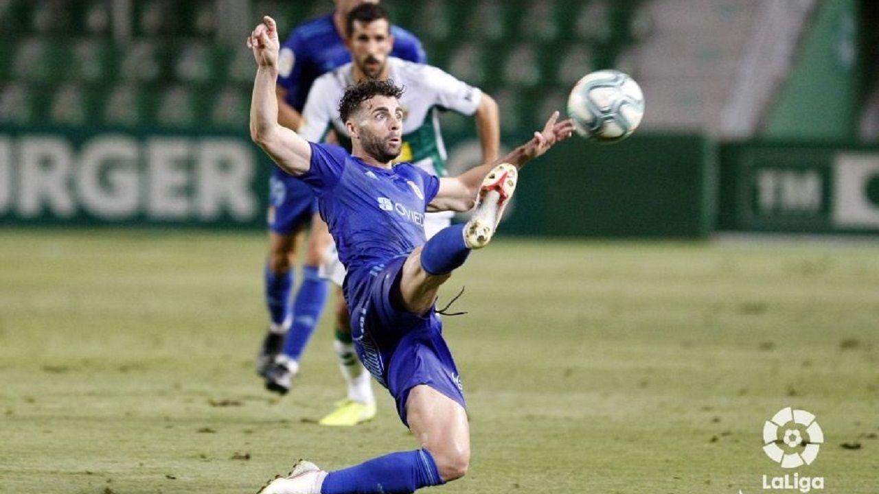 Rodri intenta controlar un balón en el Elche-Real Oviedo
