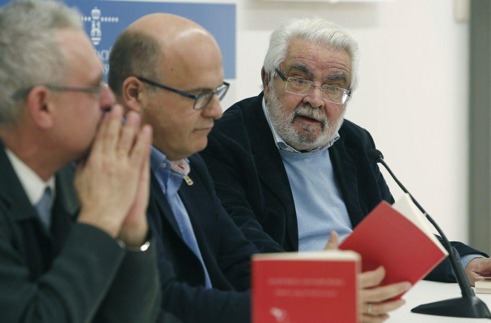 Arturo Lezcano, á dereita, presentou a obra xunto a José Manuel Baltar e Luís Martínez-Risco.