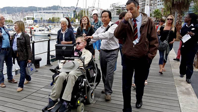 Stephen Hawking come en A Pedra
