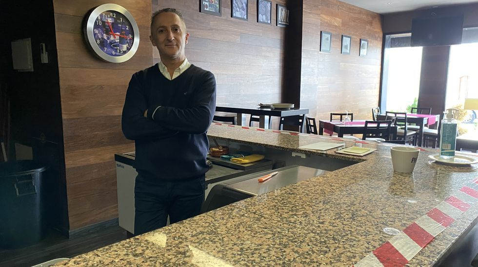 Protesta en Verín por la decisión de la Xunta de mantener el cierre del municipio pese a bajar la incidencia del covid-19.Joaquín Lado, en el restaurante San Mauro de O Barco