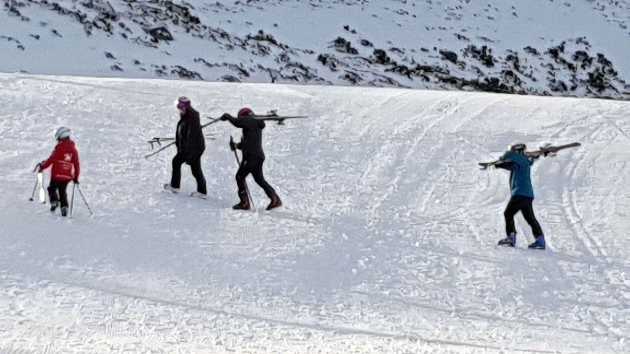 Nieve en Asturias en el mes de junio.Esquiadores ascienden a pie por las pistas