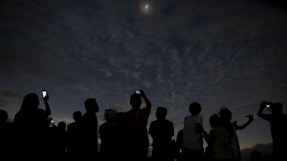 Vista del eclipse desde una playa de Indonesia