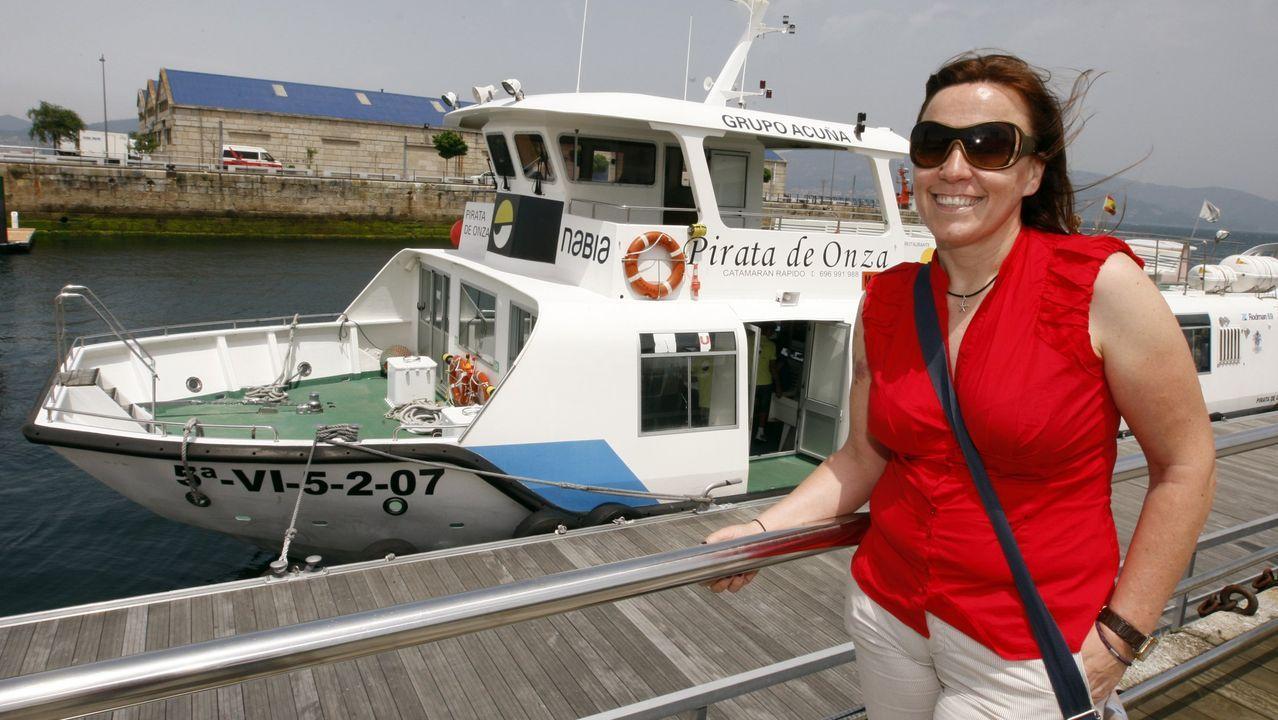 Michael Williams y la pequeña Florence, con la equipación del Real Oviedo