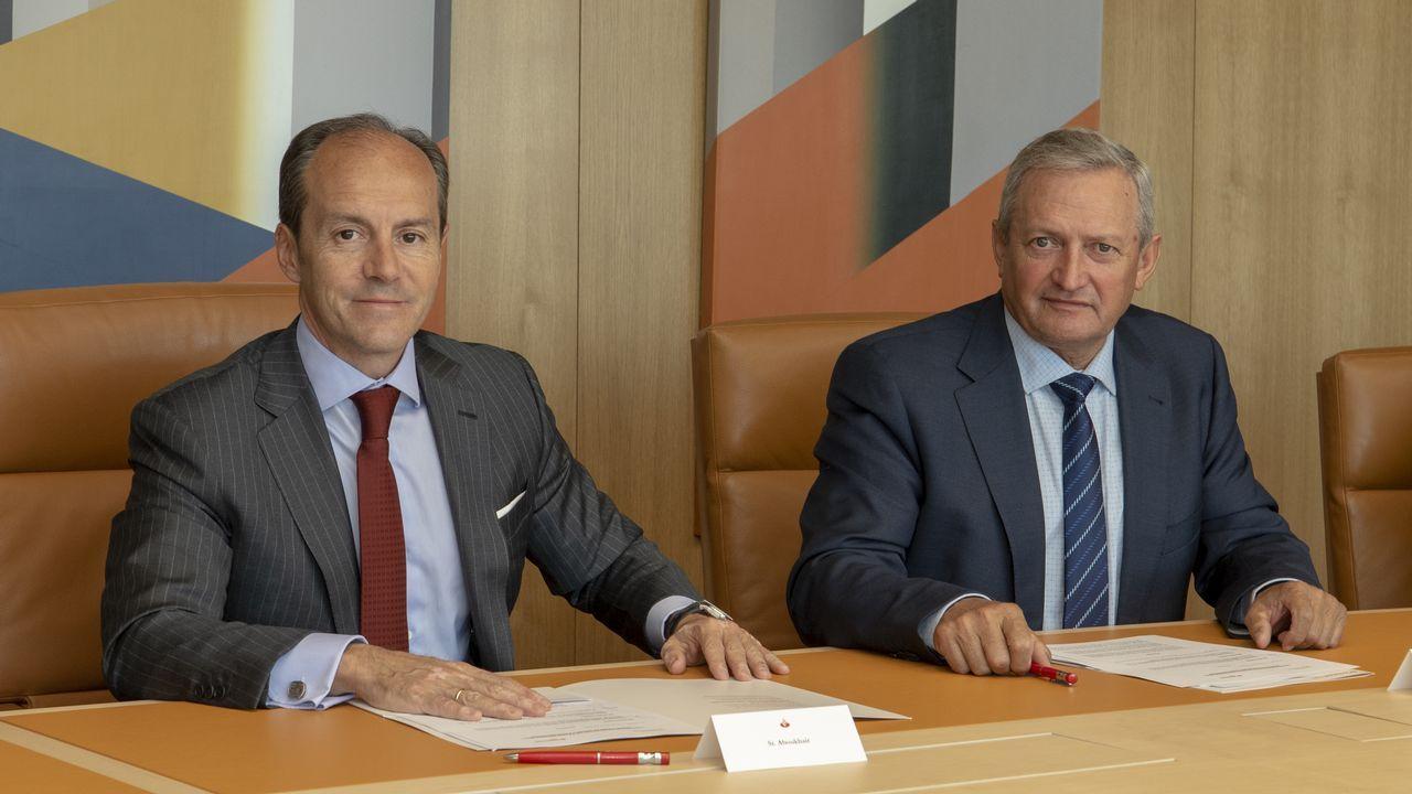 El consejero delegado del Santander, Rami Aboukhair, a la izquierda, con el presidente de Cooperativas Agro-alimentarias de España, Ángel Villafranca.