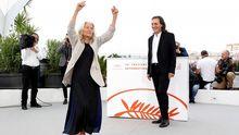 Benedicta Sánchez Vila baila la muiñeira durante la presentación de la película en Cannes, mientras Amador Arias observa su arte
