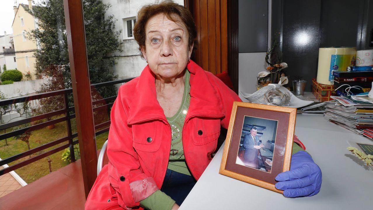 Maricarmen Rodríguez en su casa de Burela con una foto de su marido, Jaime, fallecido por coronavirus