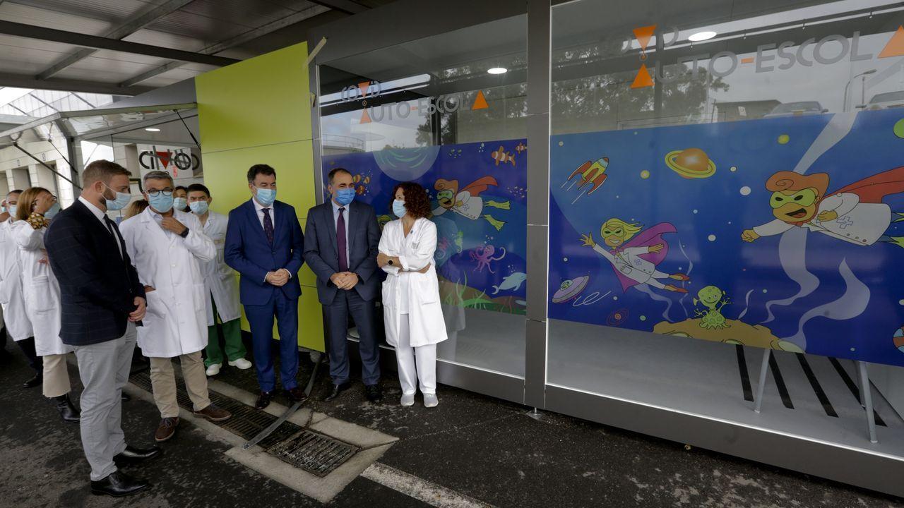 Los conselleiros de Sanidade y de Educación visitaron el nuevo covid-auto escola del Chuac