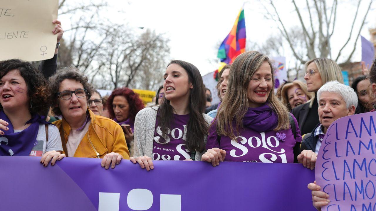 La ministra de Igualdad, Irene Montero, en el centro, en la manifestación del 8M en Madrid, en marzo del 2020