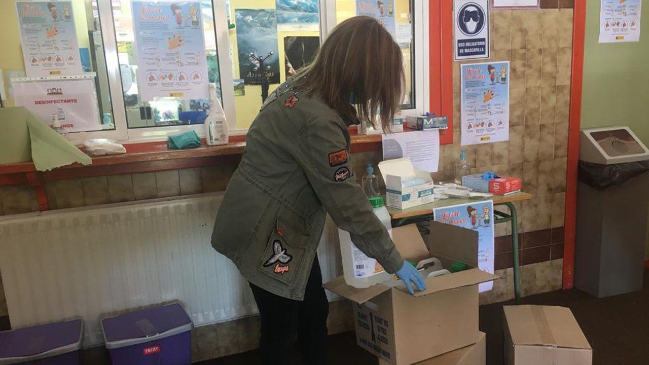 La directora del IES Monte Naranco, Alejandra González Pulido, abre una de las cajas