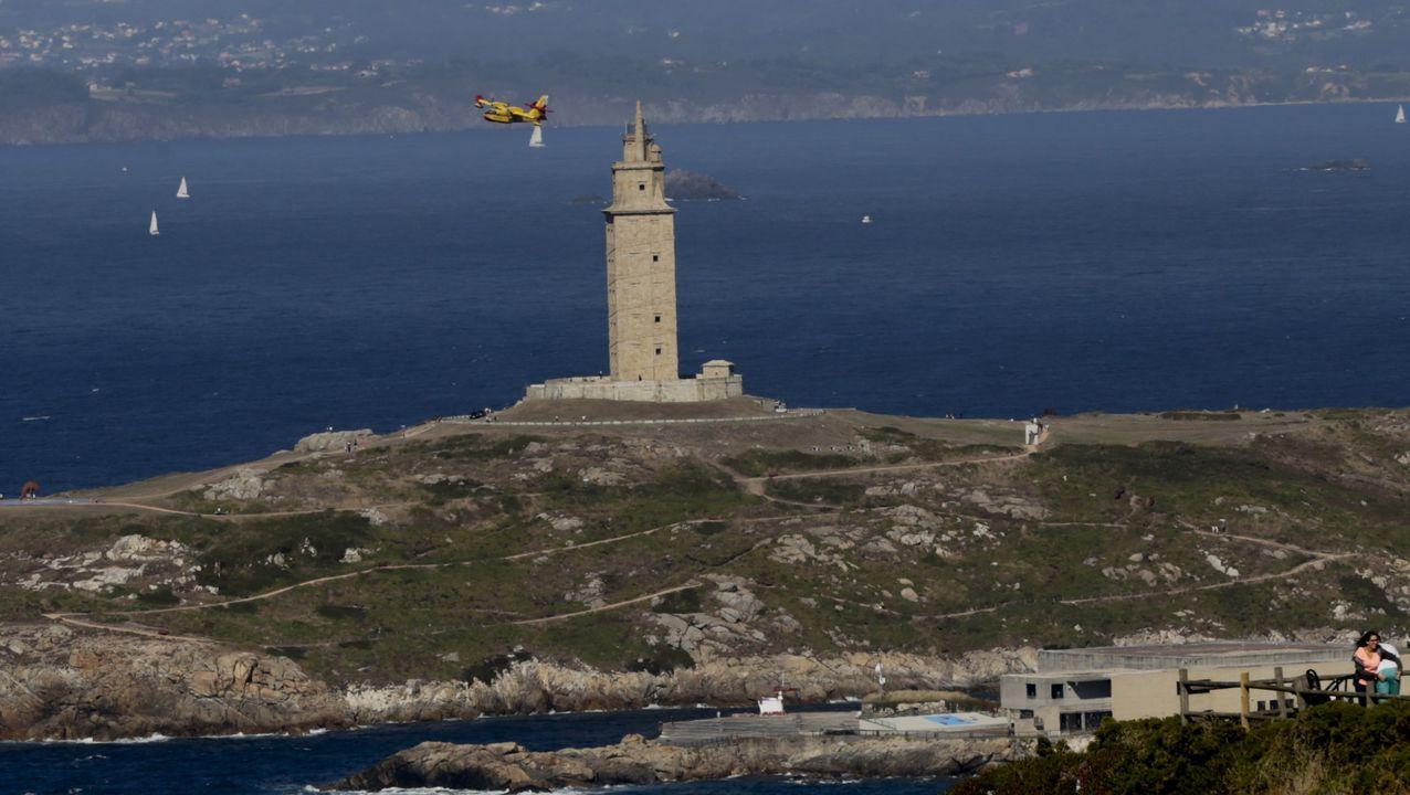 Vista de la torre de Hércules desde el mirador de San Pedro, en A Coruña
