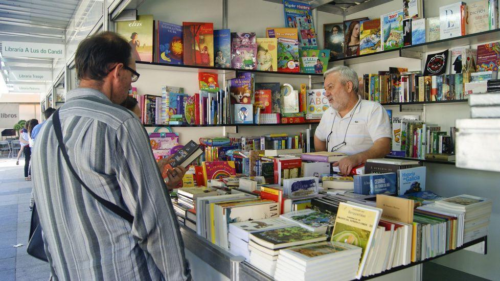 Martiño Noriega, con Víctor Freixanes y Carlos Pajares en la Feria del Libro de Buenos Aires.
