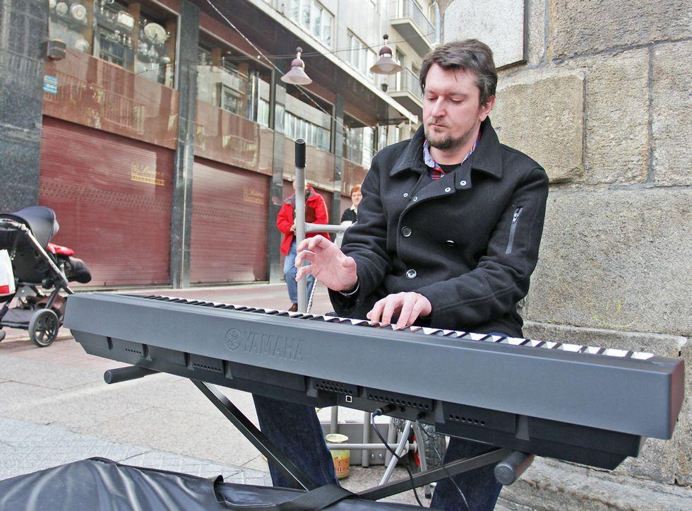 El vídeo inédito de los Beatles de 1965.Milosz Labinski, en la plaza de A Peregrina, uno de los lugares donde toca en Pontevedra.