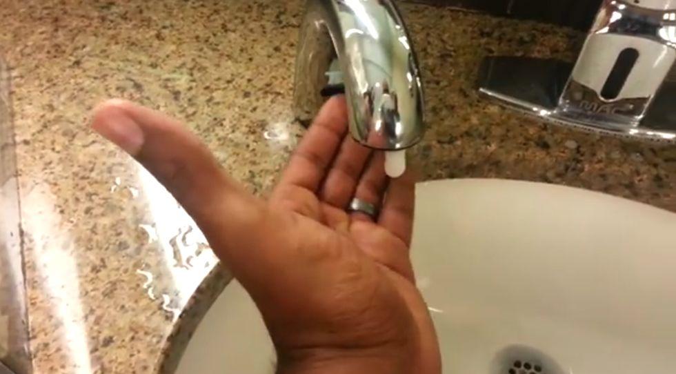 Un dispensador de jabón sólo para blancos