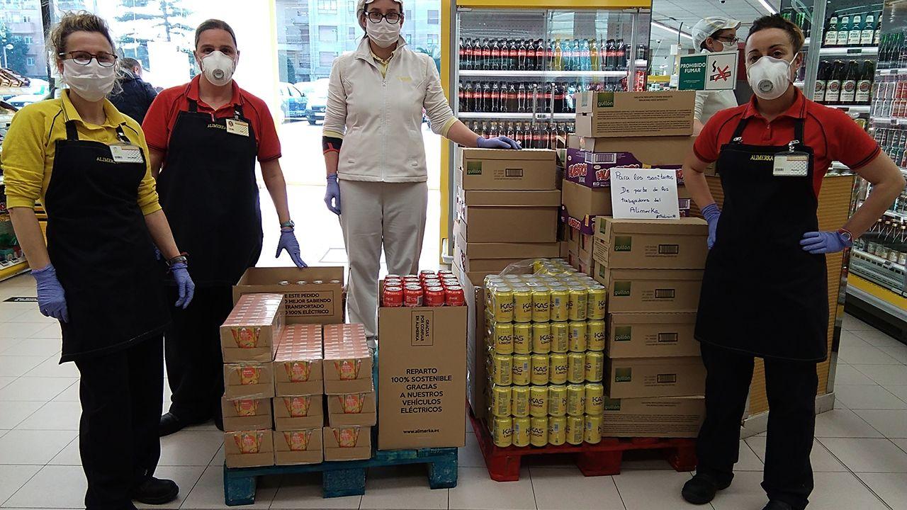 ancianos, anciana, mayores, centenarios.Empleadas de Alimerka con algunos de los productos donados a los hospitales.