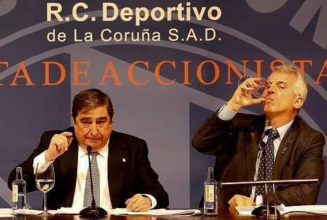 Lendoiro, durante la junta de accionistas en compañía de su abogado Rafael Chaver.