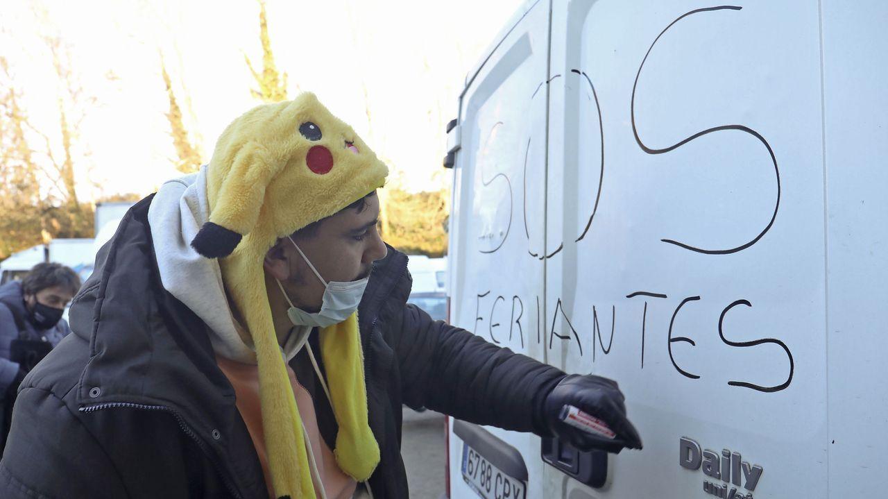 Uno de los feriantes que participaron en la manifestación convocada en Santiago
