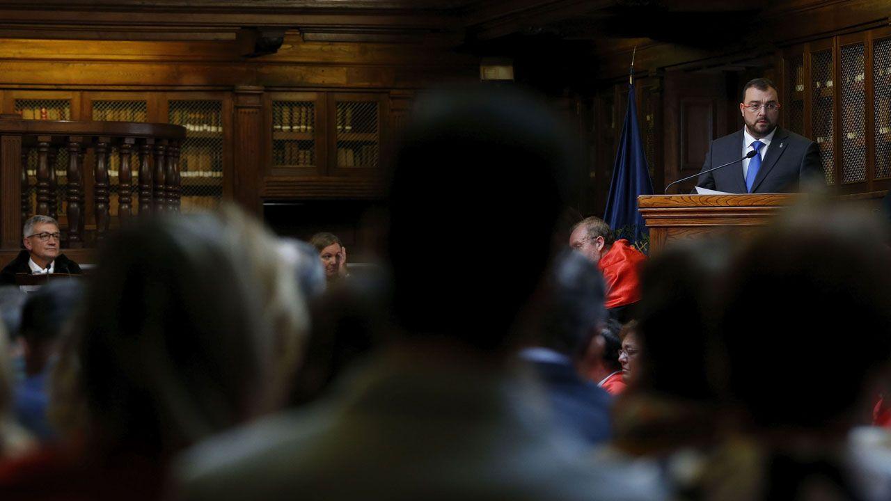El presidente del Principado, Adrián Barbón, interviene durante la inauguración del curso en la Universidad de Oviedo