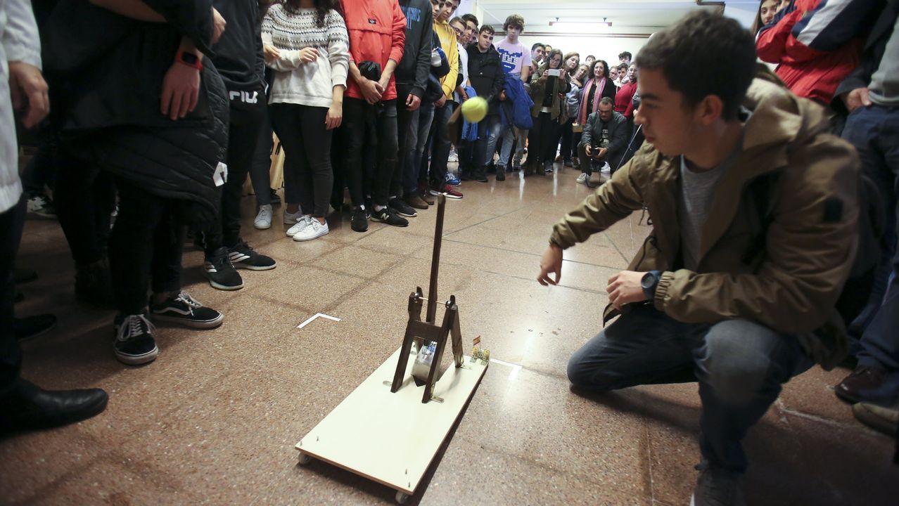 Alumnos, en una jornada de orientación de la Universidad de Oviedo.Los alumnos tuvieron que fabricar catapultas del tipo «trabuchet» para el concurso