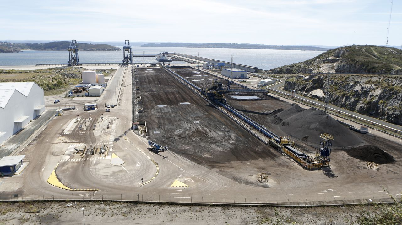 Instalaciones de la terminal de Endesa en el puerto exterior de Ferrol