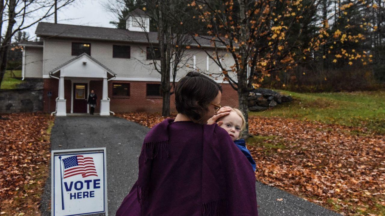 La candidata Emily Neilsen, con su hijo, en Vermont