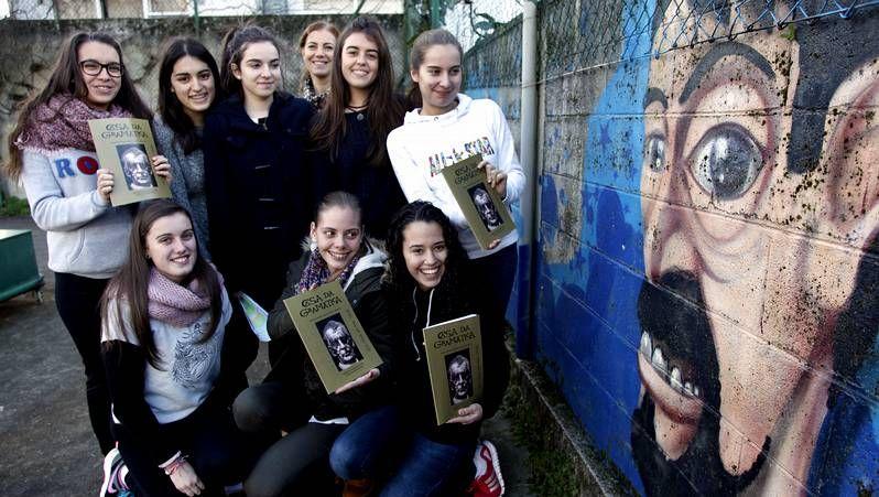 Blanco Abeijón programa parte das exposicións que recalan no Liceo, onde pasa boa parte do seu tempo libre.<span lang= es-es > </span>