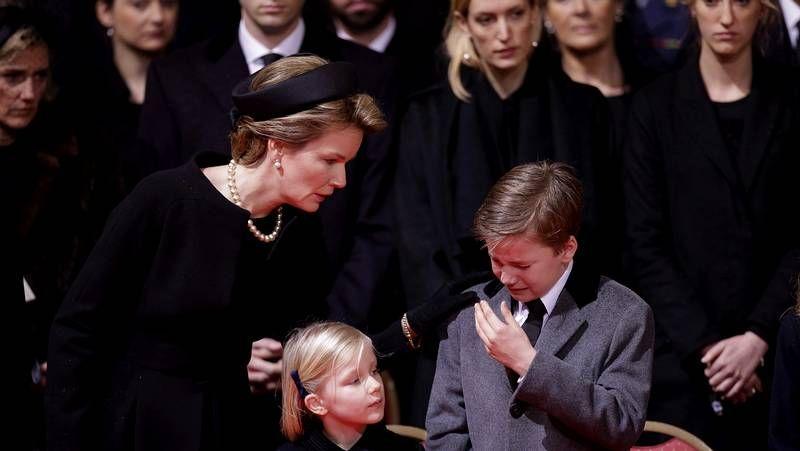 Bélgica rinde un último homenaje a la reina Fabiola.El príncipe heredero anunció su divorcio de la princesa Srirasmi, su tercera esposa.