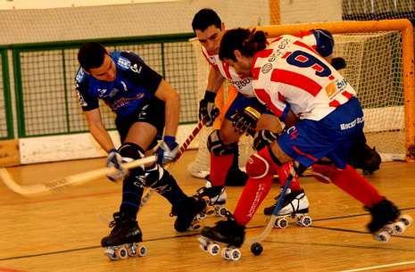 Mantiñán (9) disputa una bola a Vázquez, autor de los goles, ante la mirada de Grasas.