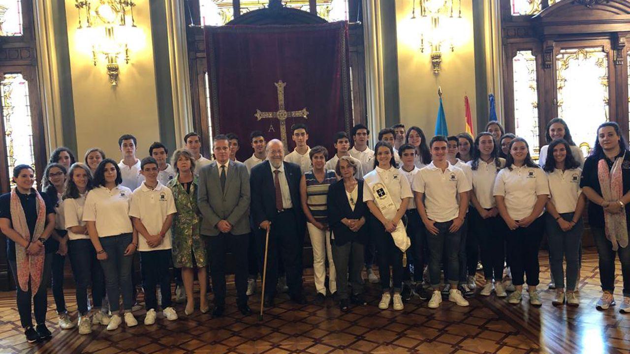 Marcelino Marcos, en el centro, junto al responsable de cultura del Centro Asturiano de México, Aurelio González y los jóvenes mexicanos de ascendencia asturiana que visitan el Principado