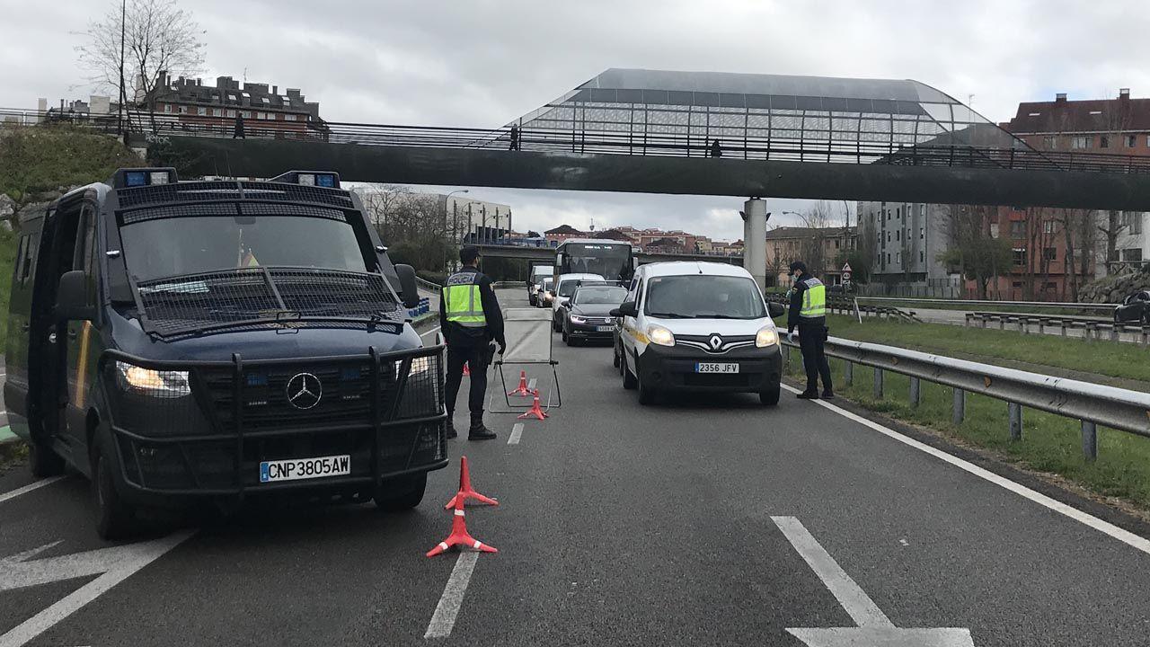 Control policial de acceso a Oviedo para comprobar las acreditaciones