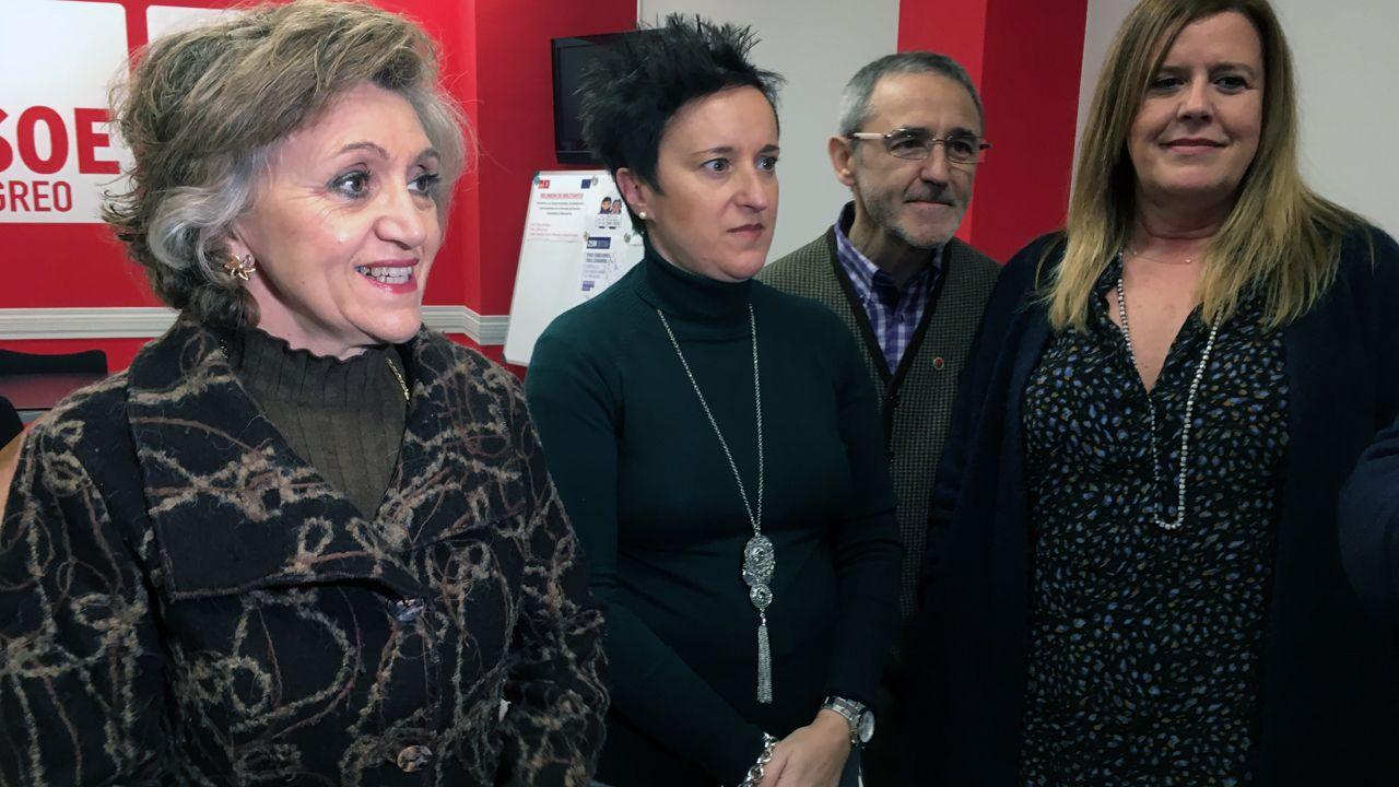 ¿Usted arreglaría un móvil con reiki?.María Luisa Carcedo, María Fernández, Carmen Arbesú y Antonio Ríos, en Langreo