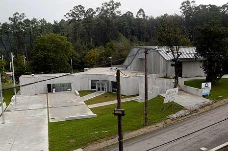 El centro se integra en el paisaje con un exterior ondulante