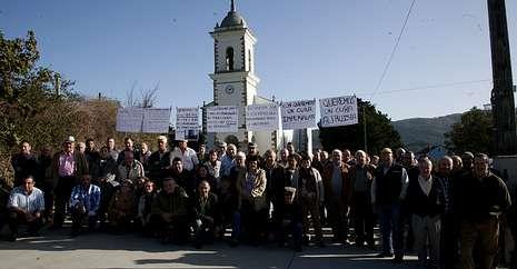 Un centenar de vecinos participaron en la concentración.