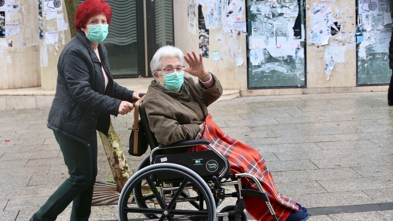Gente mayor por las calles de Vigo