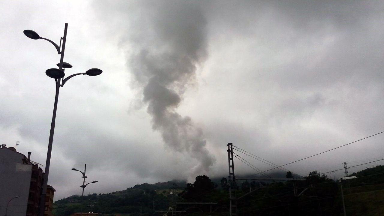 Frío en Galicia.Una nube de humo sobre el cielo de Oviedo