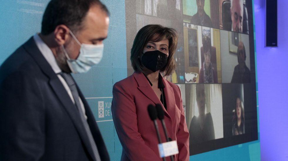 La nueva directora del hospital de Monforte, Inmaculada Ramos, durante la intervención del conselleiro de Sanidade, Julio García Comesaña