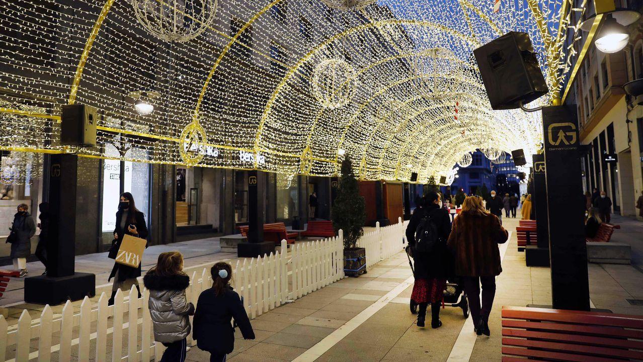 Paseantes por el centro de Oviedo