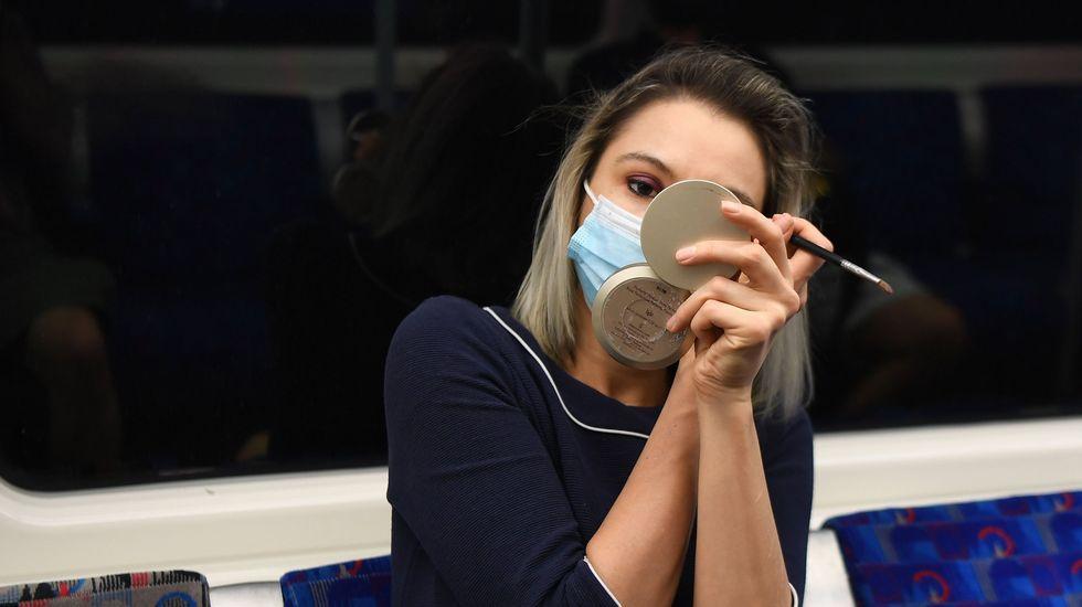 Una mujer se maquilla en el metro de Londres