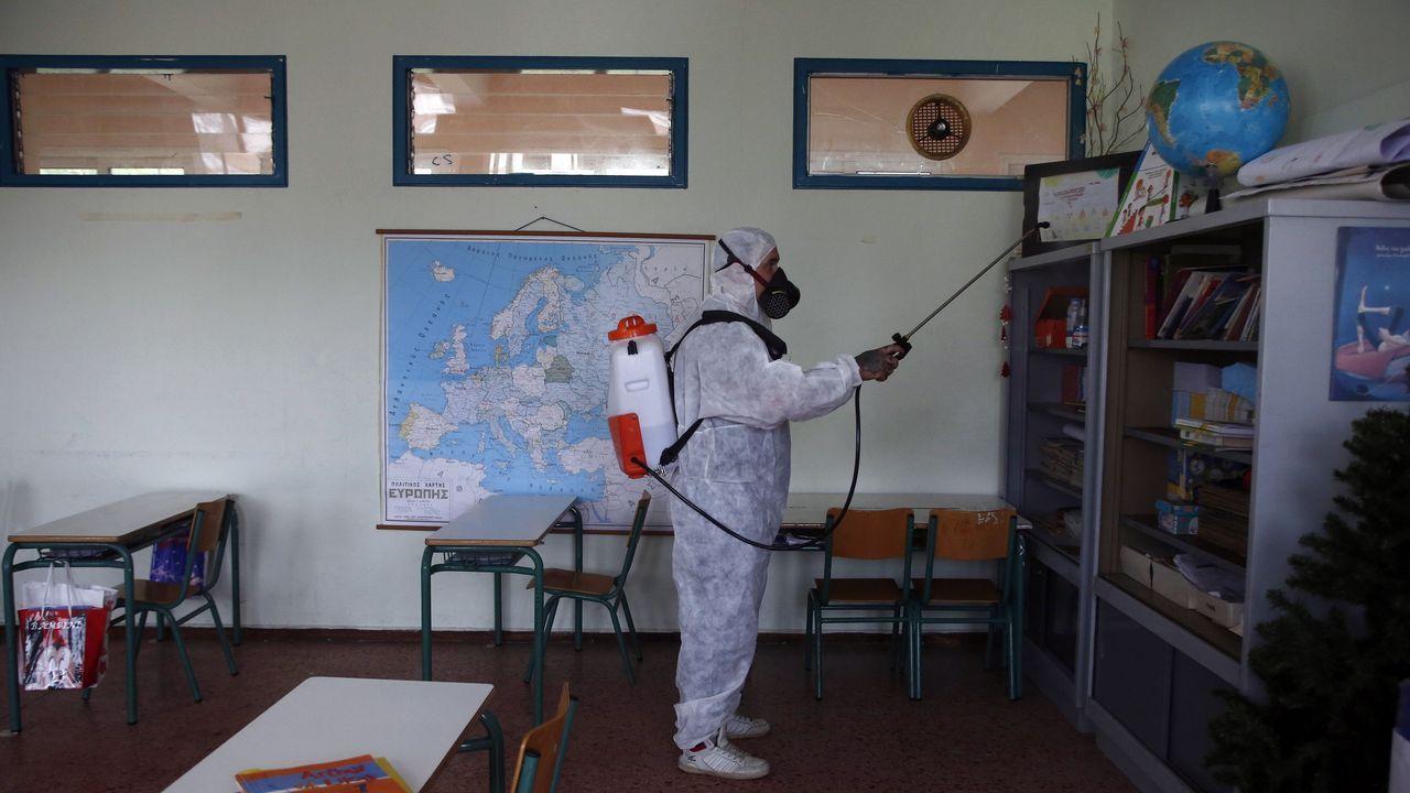 Un operario desinfectaba ayer un aula en un colegio de Atenas, ante la reapertura, hoy lunes, de muchos de ellos en todo el país