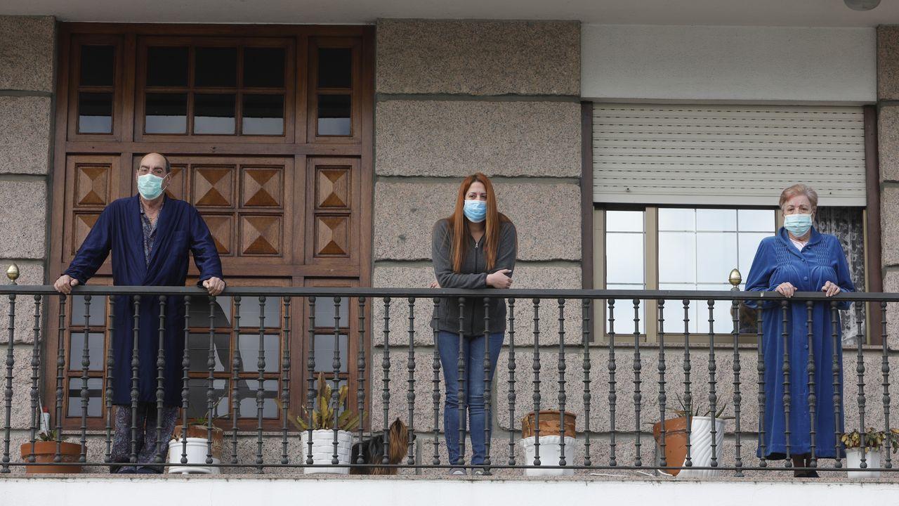 El mundo paralelo de la residencia San Carlos.Sara Barón, a la izquierda de la imagen, junto a una de sus compañeras