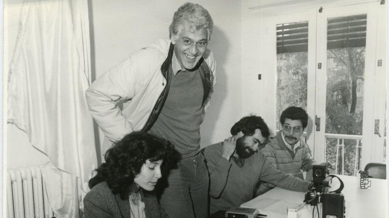 Los Maios de Ourense, en imágenes.Carracedo, de pie, junto a otros periodistas ourensanos unos años antes de su fallecimiento
