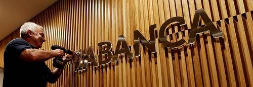 Y Novagalicia se convirtió en Abanca.La nueva imagen del banco se cambió en apenas 24 horas en 630 oficinas y edificios, empleando 8.500 metros en rótulos.